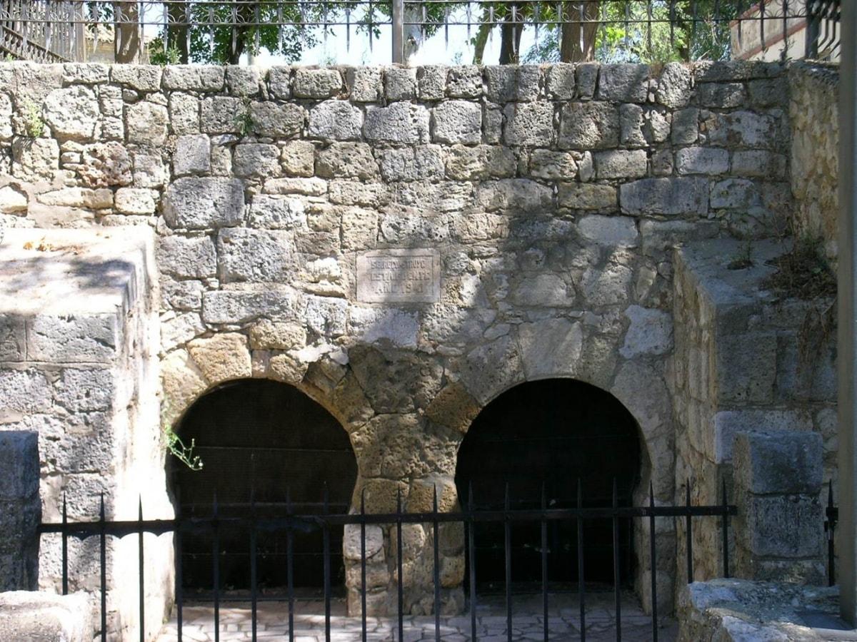 Fuente de San Juan con los arcos de herradura - Oríegenes de Europa