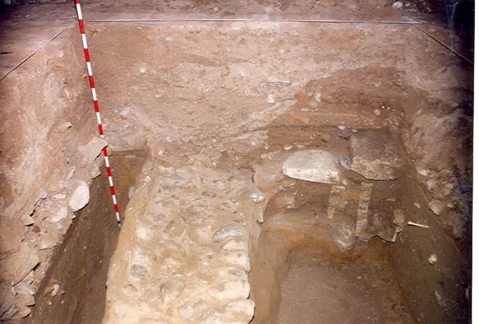 Muro de cimentación hallado en las excavaciones de 1989. Iglesia de San Román de Hornija - Orígenes de Europa