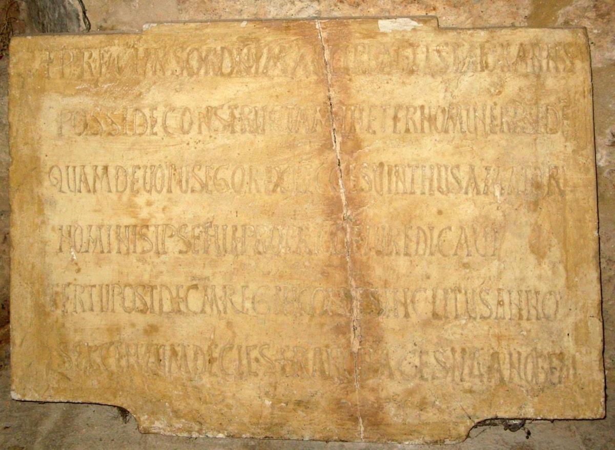 Placa de la inscripción conmemorativa de la fundación regia de Recesvinto. San Juan de Baños - Orígenes de Europa