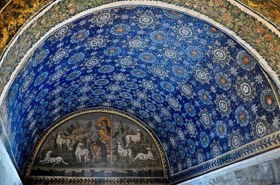 Decoración de flores de la bóveda de la entrada del Mausoleo Gala Placidia - Orígenes de Europa