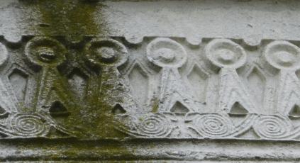 Detalle del friso que rodea el piso superior de Mausoleo Teodorico - Orígenes de Europa