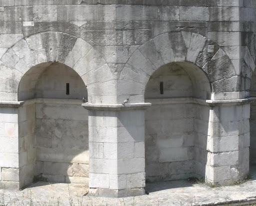 Los sillares se acoplan en arcos y dinteles de forma engatillada en el Mausoleo Teodorico - Orígenes de Europa